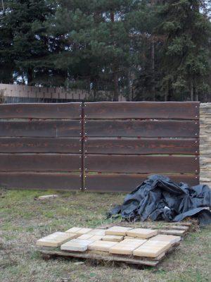 Vörösfenyő szélezetlen kétszárnyú kapu lazúrozva