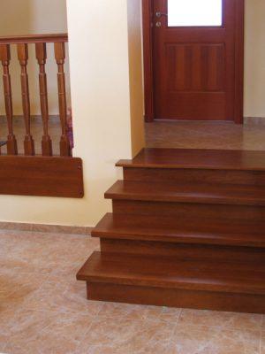 Tölgy lépcső pácolva