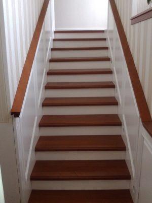 Gőzölt bükk lépcső festett falburkolattal