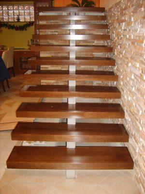 Tölgy lebegő lépcső pácolva